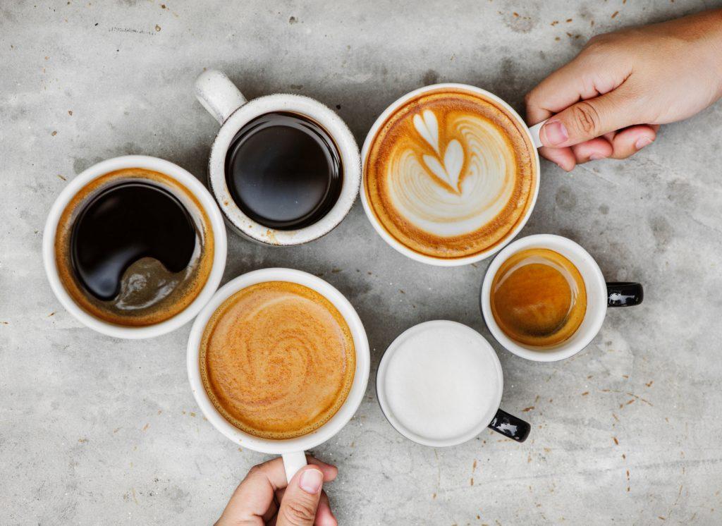 Kopjes koffie, cappucino en espresso worden met twee handen gedeeld.